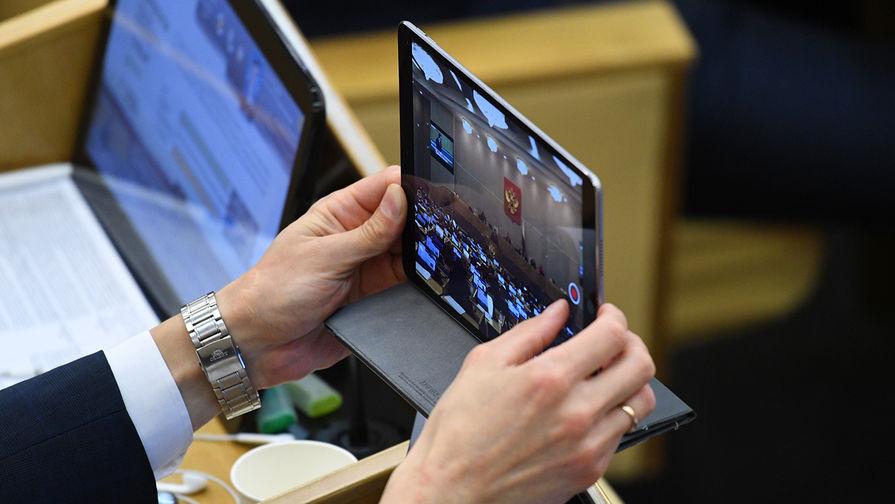 Дума в первом чтении поддержала запрет на продажу смартфонов без российских приложений